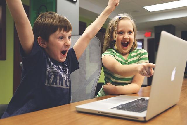 radost z výhry na počítači