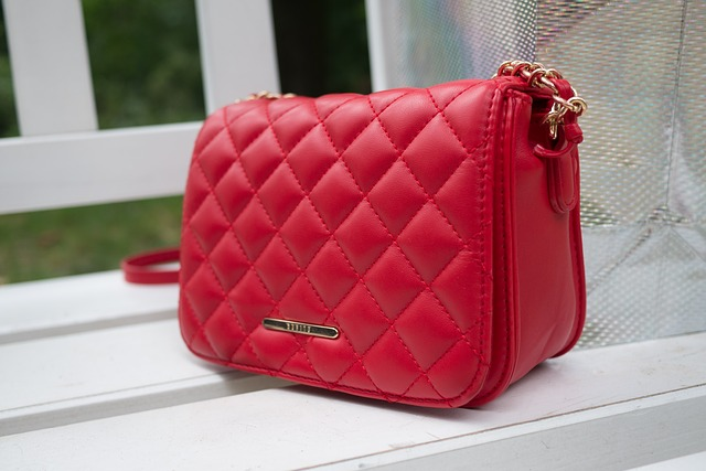 červená malá kabelka.jpg