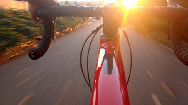 Řízení červeného kola ve velké rychlosti