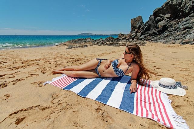 holka na dece, pláž, plavky